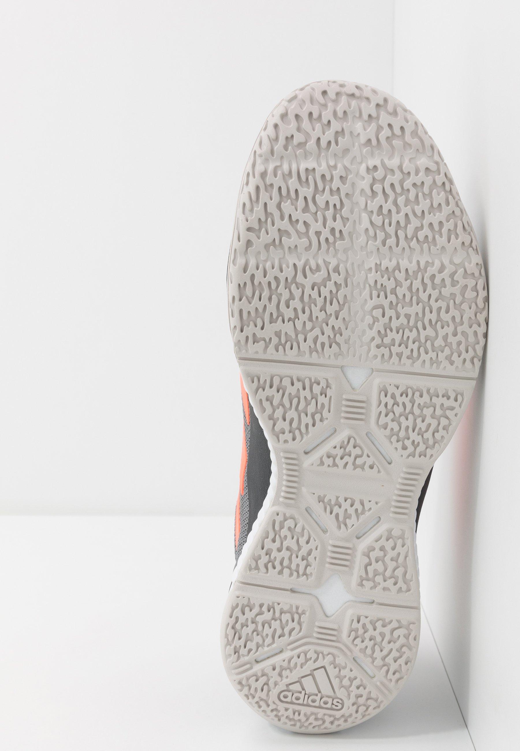 adidas Performance STABIL BOUNCE - Chaussures de handball - grey three/signal coral/grey six