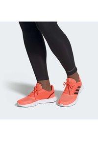 adidas Performance - Obuwie do biegania Szlak - signal coral - 0