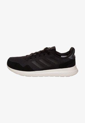 ARCHIVO - Trainers - black/grey