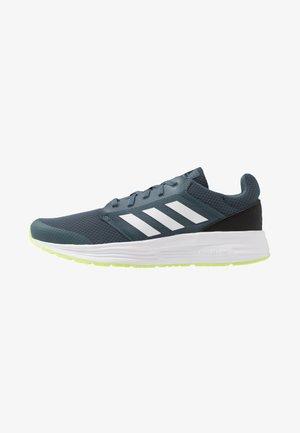 GALAXY CLASSIC CLOUDFOAM SPORTS RUNNING SHOES - Nøytrale løpesko - legend blue/footwear white/signal green