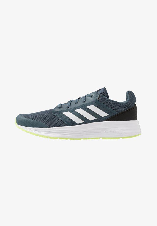 GALAXY CLASSIC CLOUDFOAM SPORTS RUNNING SHOES - Zapatillas de running neutras - legend blue/footwear white/signal green