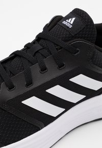 adidas Performance - GALAXY CLASSIC CLOUDFOAM SPORTS RUNNING SHOES - Obuwie do biegania treningowe - core black/footwear white - 5