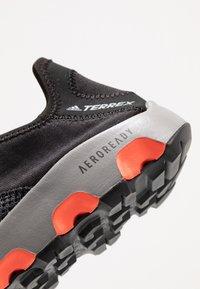 adidas Performance - TERREX VOYAGER SLIP_ON - Vaelluskengät - core black/grey three/solar red - 5