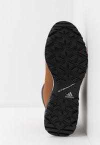 adidas Performance - TERREX PATHMAKER CLIMAPROOF HIKING SHOES - Trekingové boty - raw desert/core black/footwear white - 4