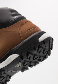 adidas Performance - TERREX PATHMAKER CLIMAPROOF HIKING SHOES - Trekingové boty - raw desert/core black/footwear white - 5