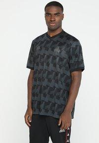 adidas Performance - T-shirt med print - carbon - 0