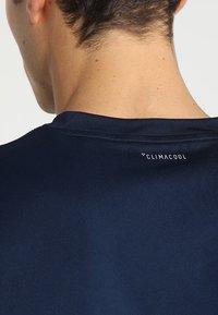 adidas Performance - CLUB TEE - T-shirt print - collegiate navy/white - 3