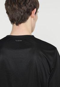 adidas Performance - CLUB TEE - T-shirt med print - black/white - 5