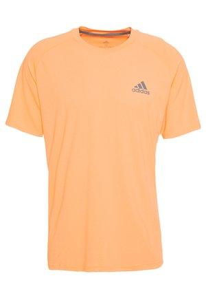 CLUB TEE - Camiseta estampada - amber tint/grey six
