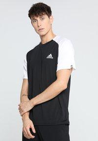 adidas Performance - CLUB TEE - T-shirt med print - black/white - 0