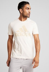 adidas Performance - MUST HAVES SPORT REGULAR FIT T-SHIRT - T-shirt con stampa - linen - 0