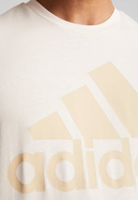 adidas Performance - MUST HAVES SPORT REGULAR FIT T-SHIRT - T-shirt con stampa - linen - 5