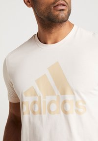 adidas Performance - MUST HAVES SPORT REGULAR FIT T-SHIRT - T-shirt con stampa - linen - 3