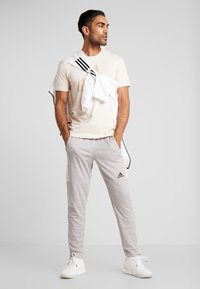 adidas Performance - MUST HAVES SPORT REGULAR FIT T-SHIRT - T-shirt con stampa - linen - 1