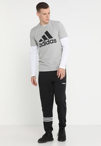 adidas Performance - MUST HAVES SPORT REGULAR FIT T-SHIRT - Camiseta estampada - medium grey heather/black - 1
