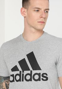 adidas Performance - MUST HAVES SPORT REGULAR FIT T-SHIRT - T-shirt med print - medium grey heather/black - 4