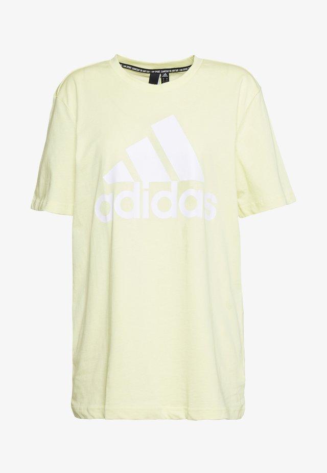 MUST HAVES SPORT REGULAR FIT - Camiseta estampada - yeltin/white