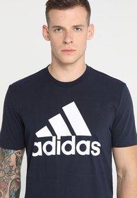 adidas Performance - MUST HAVES SPORT REGULAR FIT T-SHIRT - T-shirt med print - legend ink/white - 4