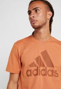 adidas Performance - MUST HAVES SPORT REGULAR FIT - T-shirt med print - brown - 4
