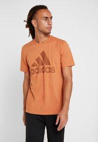 adidas Performance - MUST HAVES SPORT REGULAR FIT - T-shirt med print - brown - 0