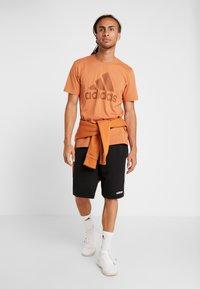 adidas Performance - MUST HAVES SPORT REGULAR FIT - T-shirt med print - brown - 1
