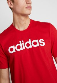 adidas Performance - LIN TEE - T-shirt con stampa - scarle/white - 5