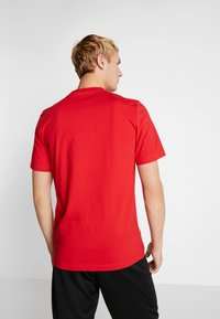 adidas Performance - LIN TEE - T-shirt con stampa - scarle/white - 2