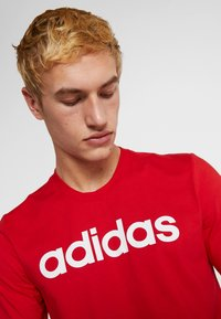 adidas Performance - LIN TEE - T-shirt con stampa - scarle/white - 3