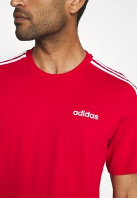 adidas Performance - ESSENTIALS SPORTS SHORT SLEEVE TEE - T-shirt con stampa - scarlet/white - 5