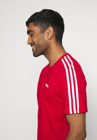 adidas Performance - ESSENTIALS SPORTS SHORT SLEEVE TEE - T-shirt con stampa - scarlet/white - 3