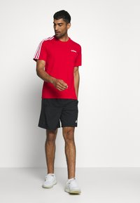 adidas Performance - ESSENTIALS SPORTS SHORT SLEEVE TEE - T-shirt con stampa - scarlet/white - 1