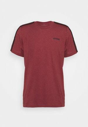 ESSENTIALS SPORTS SHORT SLEEVE TEE - T-shirt print - legred/black