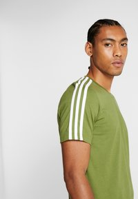 adidas Performance - T-shirt print - tech olive - 3