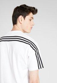 adidas Performance - 3STRIPES ATHLETICS SHORT SLEEVE TEE - Camiseta estampada - white/black - 4