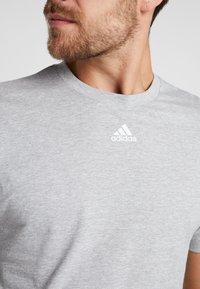 adidas Performance - 3 STRIPES TEE - Print T-shirt - medium grey heather/white - 5