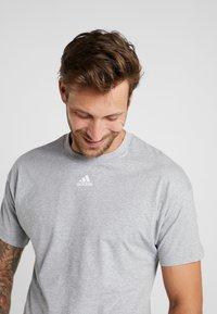 adidas Performance - 3 STRIPES TEE - Print T-shirt - medium grey heather/white - 4