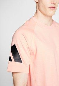 adidas Performance - HEAVY TEE - Camiseta estampada - glow pink - 5