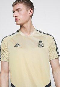 adidas Performance - REAL MADRID TR JSY - Squadra - gold/black - 4