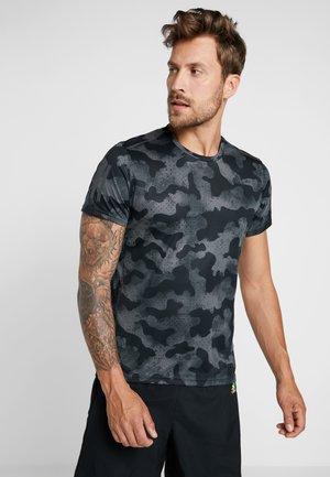 OWN THE RUN TEE - Print T-shirt - black/grey six