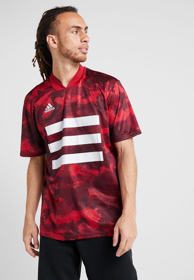 TAN - T-shirt con stampa - bordeaux