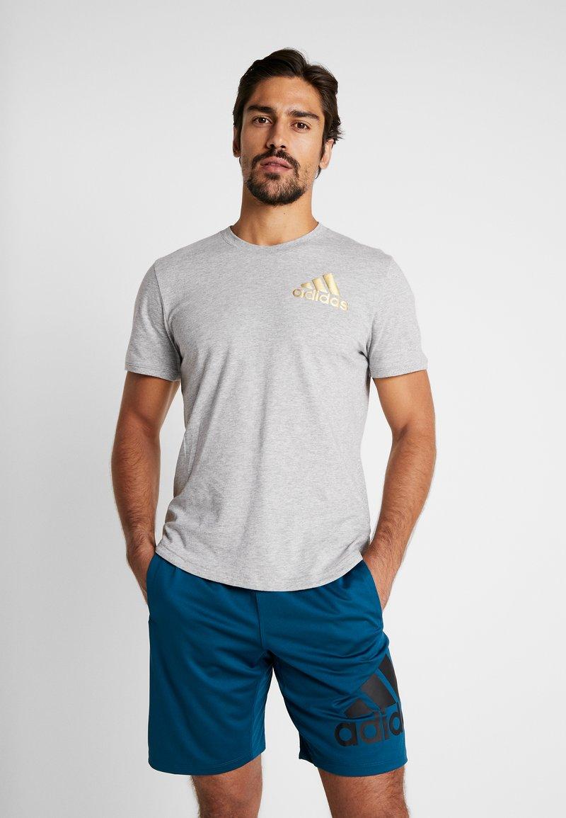 adidas Performance - SID TEE - Camiseta estampada - medium grey heather/gold