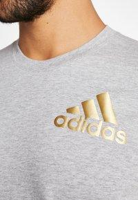 adidas Performance - SID TEE - T-shirt print - medium grey heather/gold - 5