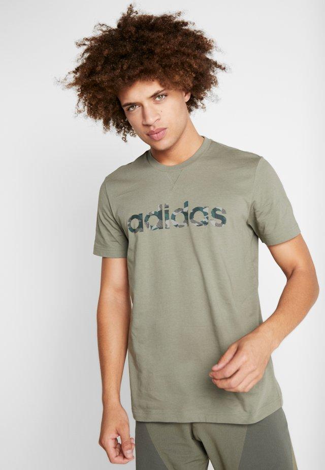 CAMO LINEAR ESSENTIALS SHORT SLEEVE TEE - Camiseta estampada - khaki