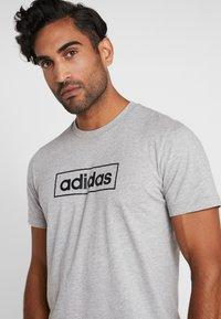 adidas Performance - BOX  - T-shirt med print - medium grey heather/black - 4