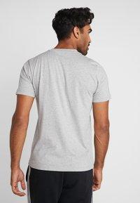 adidas Performance - BOX  - T-shirt med print - medium grey heather/black - 2