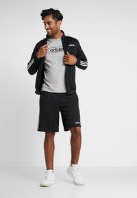 adidas Performance - BOX  - T-shirt med print - medium grey heather/black - 1