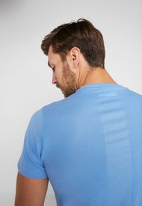 adidas Performance - RUN IT TEE SOFT - Camiseta estampada - blue - 4