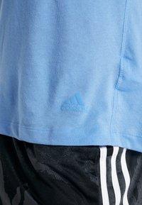 adidas Performance - RUN IT TEE SOFT - Camiseta estampada - blue - 6