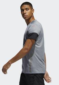 adidas Performance - 25/7 RISE UP N RUN PARLEY T-SHIRT - Print T-shirt - grey - 2