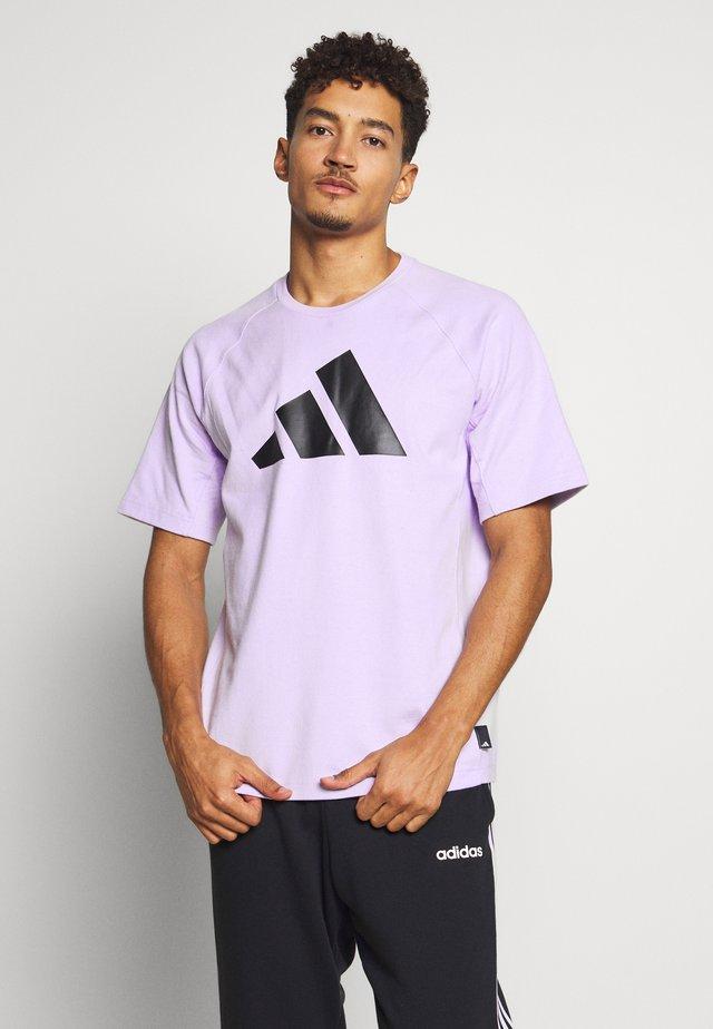MUST HAVE ATHLETICS SHORT SLEEVE TEE - Print T-shirt - purple tint/black
